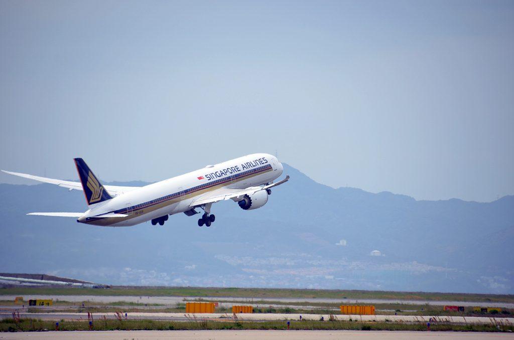 シンガポール航空の関係者などがお見送りし、11時32分にシンガポールへ向けて離陸した