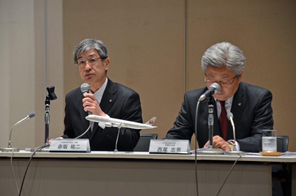 会見で国際線中長距離LCC設立を発表するJALの赤坂祐二社長、西尾忠男常務執行役員