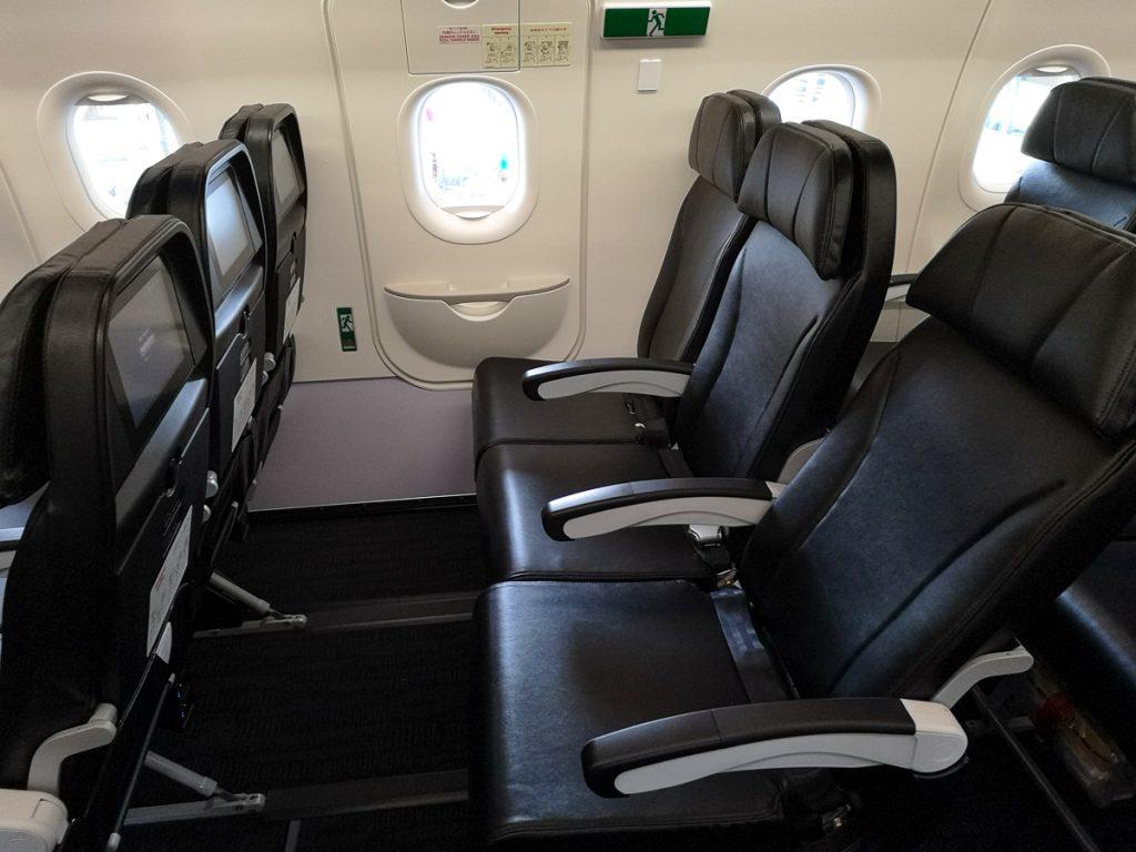 非常口前のシートは更に足元も広いのでより快適