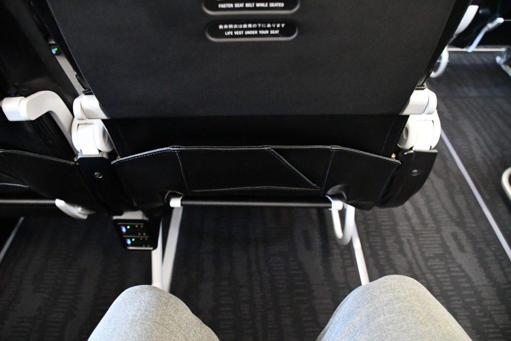 実際に座るると足元の広さを実感できる