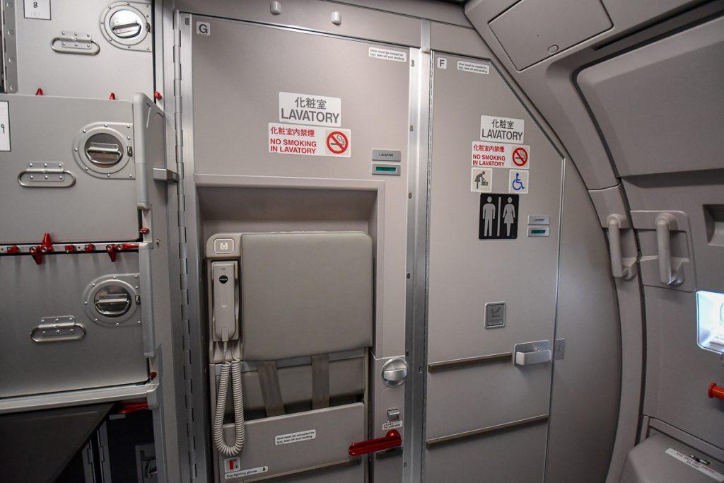 機体後方のトイレを横並びにして、左側のトイレはクルー用のシートとしても使えるようにすることでスペースを広くしている