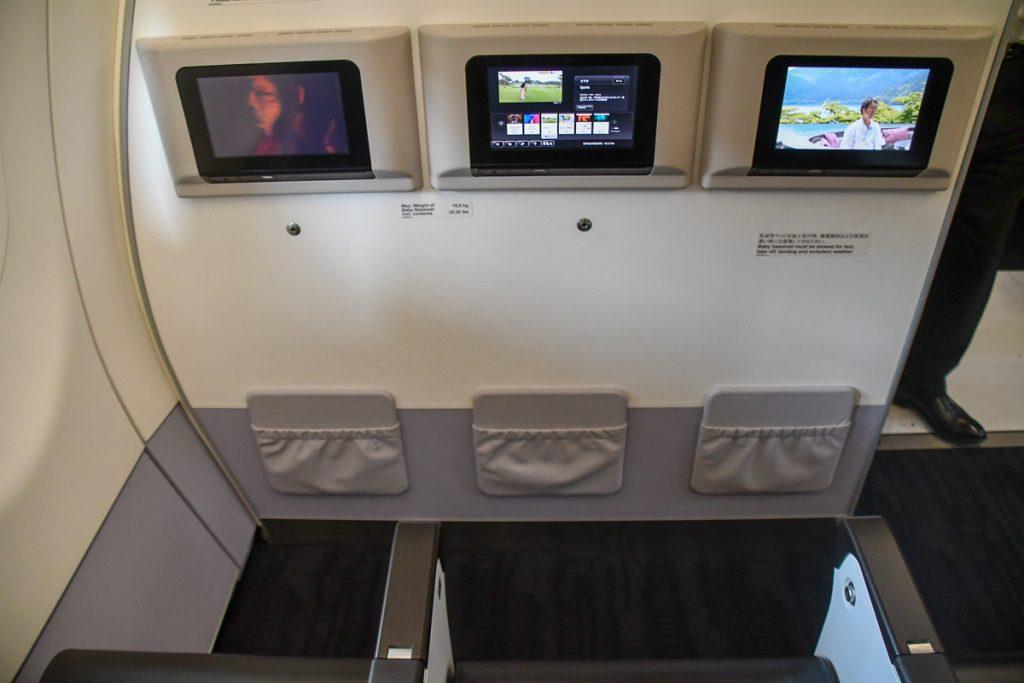 最前列はシートテレビが壁に設置されている