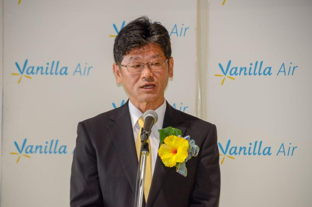 挨拶するバニラエアの五島勝也社長