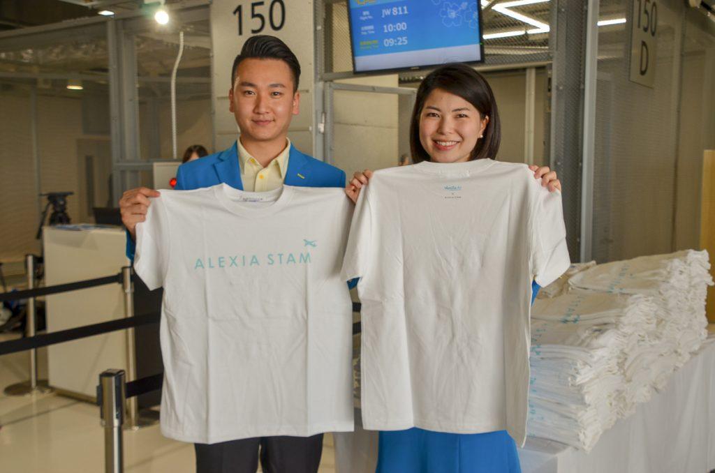 搭乗の際には、アパレルブランド「ALEXIA STAM」とのコラボレーションTシャツがプレゼントされた