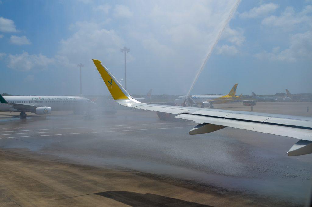 バニラエアの社員が同社としては最後の新規就航になる石垣行きの機体を放水アーチと共にお見送りした