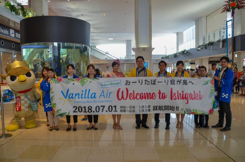 石垣空港に到着し、地元の歓迎を受けた