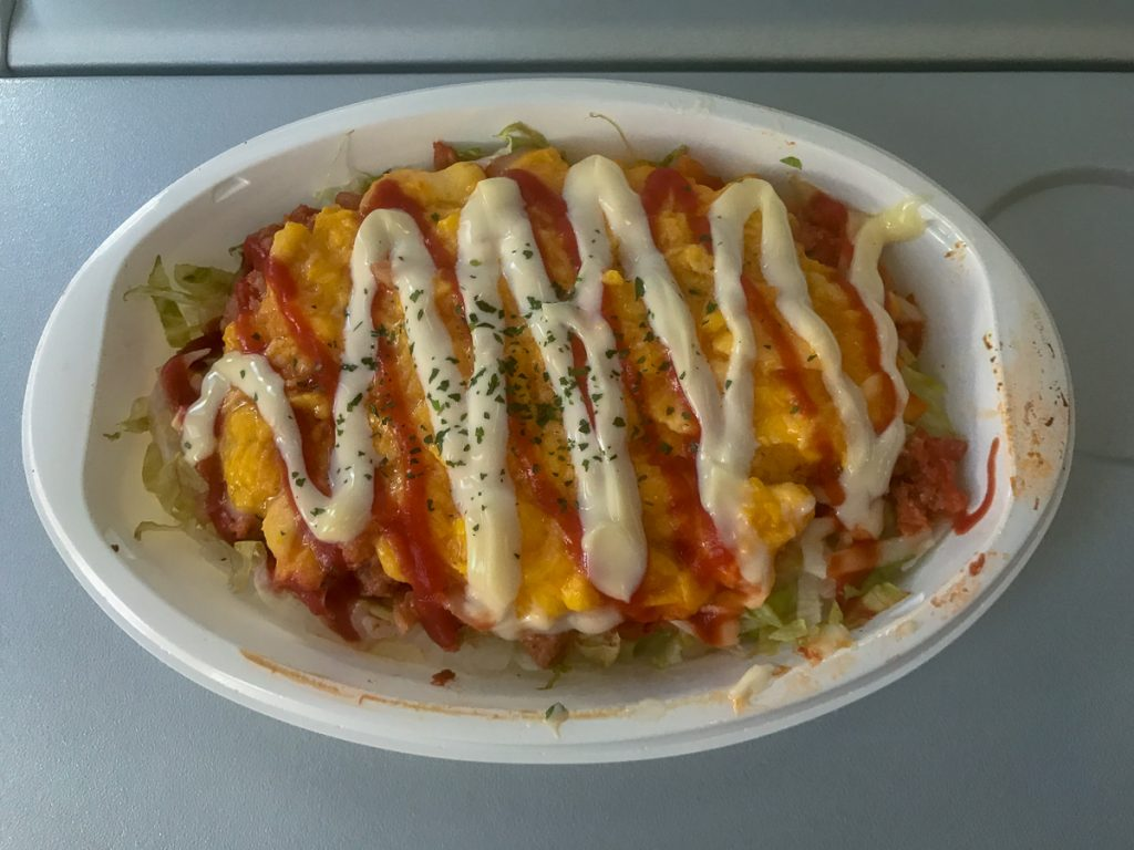 機内サービス光景。7月より沖縄にちなんで「タコライス」が機内食として販売されている