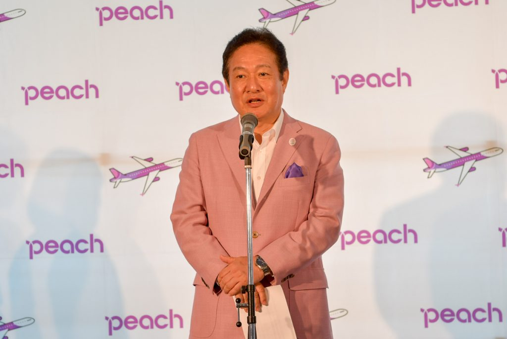 就航セレモニーで挨拶するピーチの井上慎一CEO