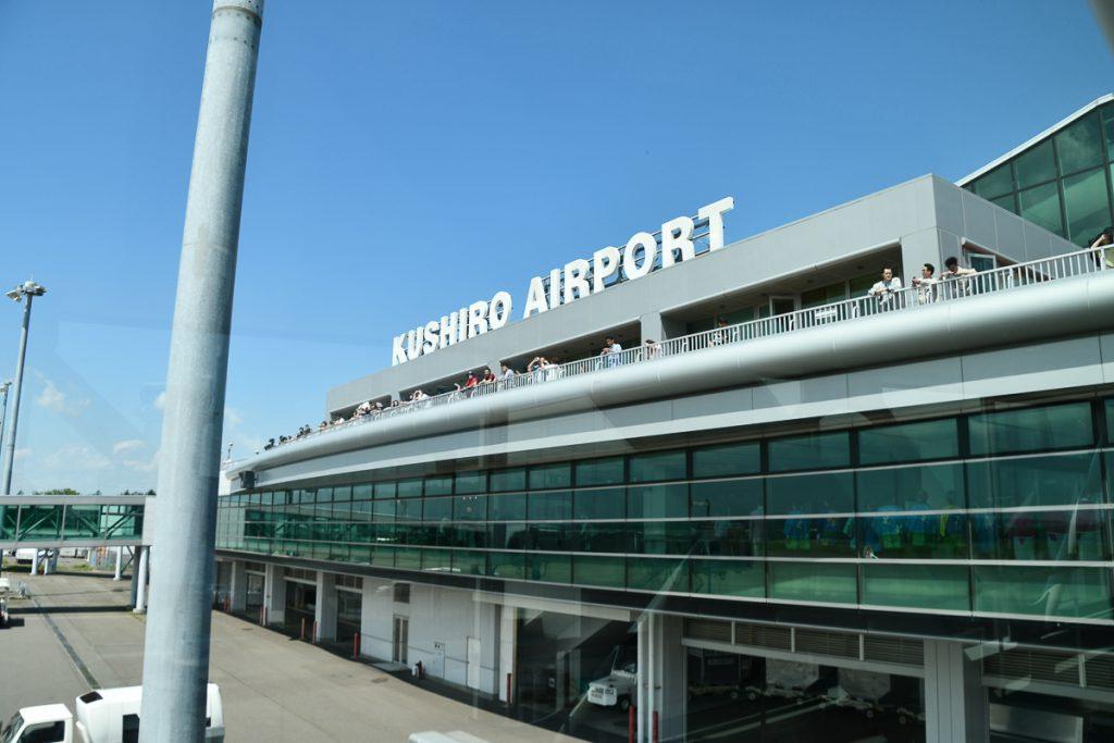 釧路空港の展望デッキにはピーチ機を目当てに多くの人が集まっていた