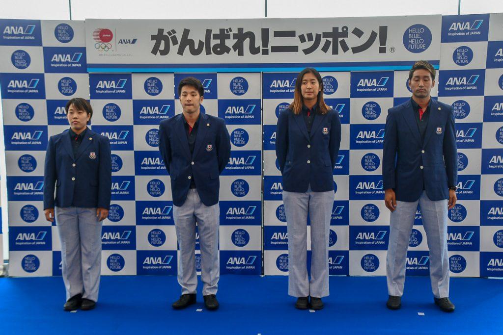 出発セレモニーに各競技の代表として、競泳の瀬戸大也選手(左から2番目)、テニスの内山靖崇選手(右端)、ビーチバレーの二見梓選手(右から2番目)、武術太極拳の山口啓子選手(左端)が登壇した