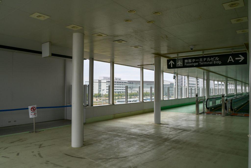 中部国際空港駅から既に駐車場への通路として使われている動く歩道経由でアクセスできる