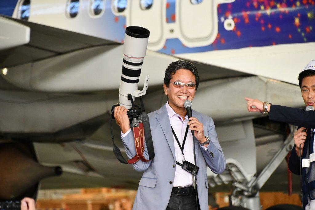 望遠レンズを持ってチャーリィ古庄さんが登場