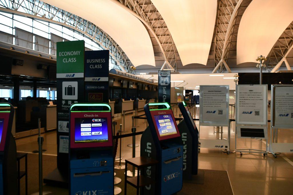 閉鎖中の関西空港第1ターミナルのANA国際線チェックインカウンター(2018年9月9日撮影)