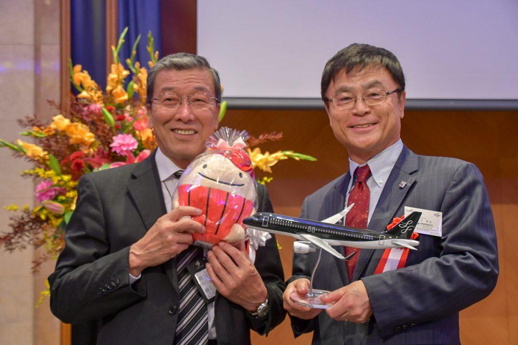 記念撮影するスターフライヤーの松石禎己社長と中部国際空港株式会社の友添雅直社長