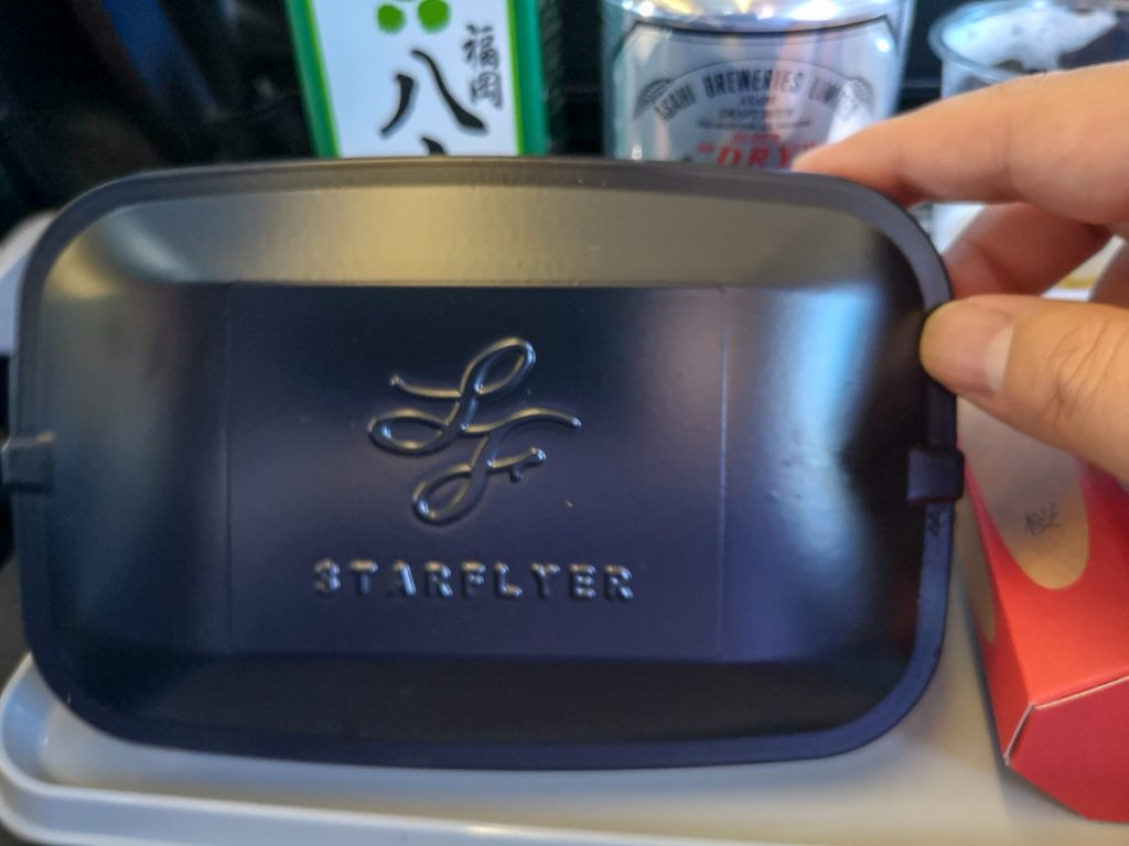 ホットミールで提供される和食の機内食。蓋にもスターフライヤーのロゴが入っている