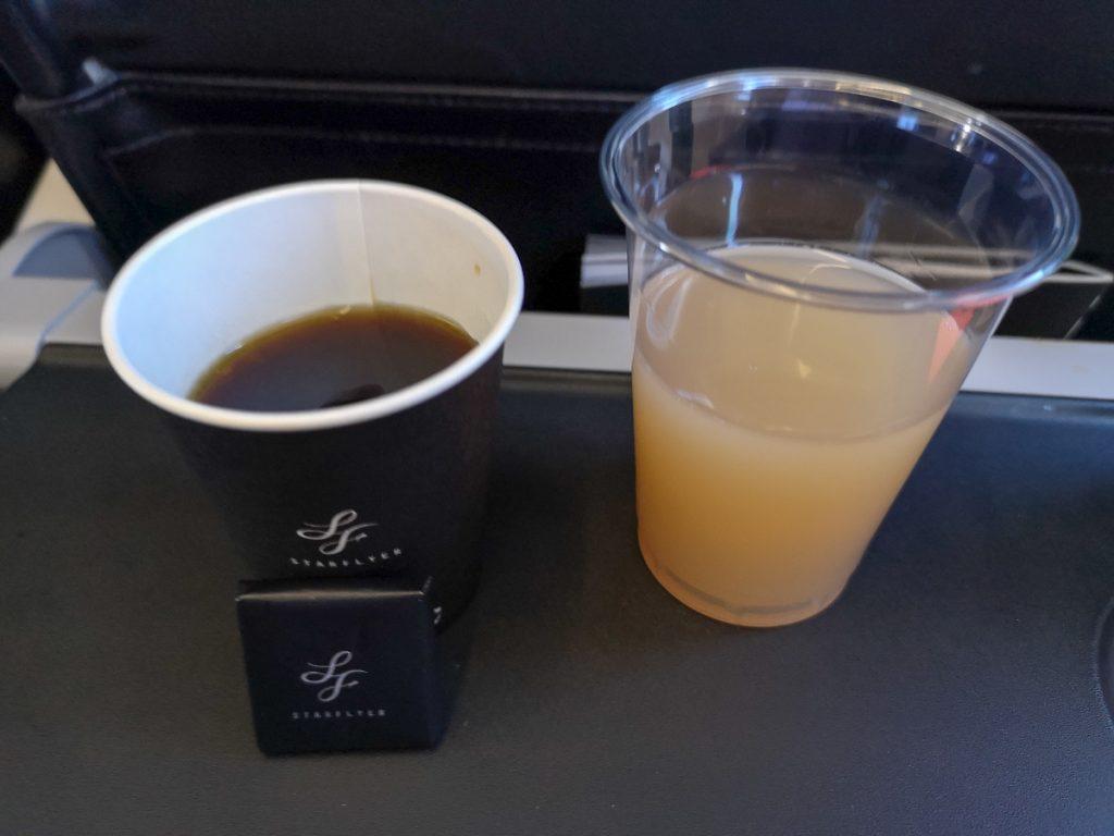 国内線でも人気のコーヒーとリンゴジュース。チョコレートもコーヒーの注文でプレゼントされる