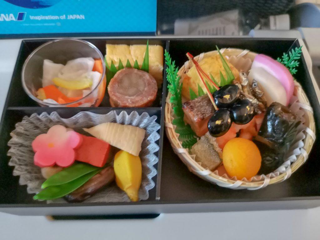 機内で提供されたおせち風のお弁当