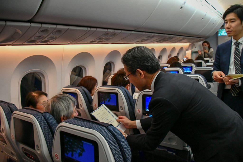平子社長から直接お客様に搭乗証明書がプレゼントされた