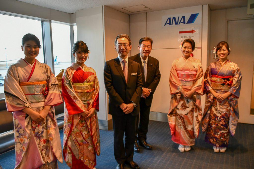 ANA平子社長は到着したお客様もお見送りした