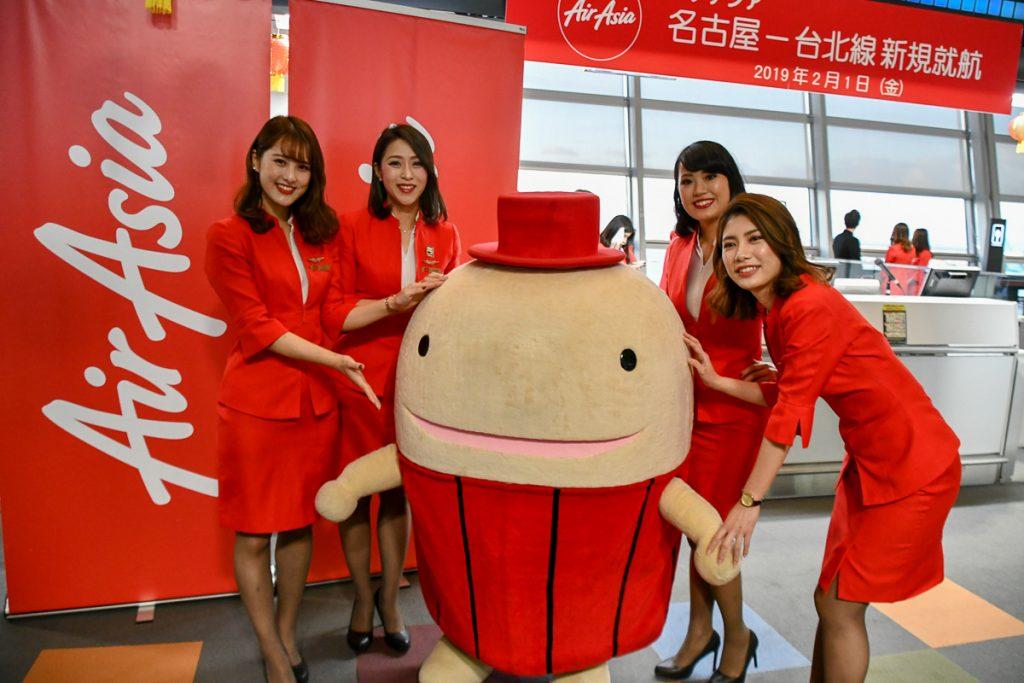 セントレアのキャラクター「なぞの旅人フー」とエアアジア・ジャパンのフライトアテンダント