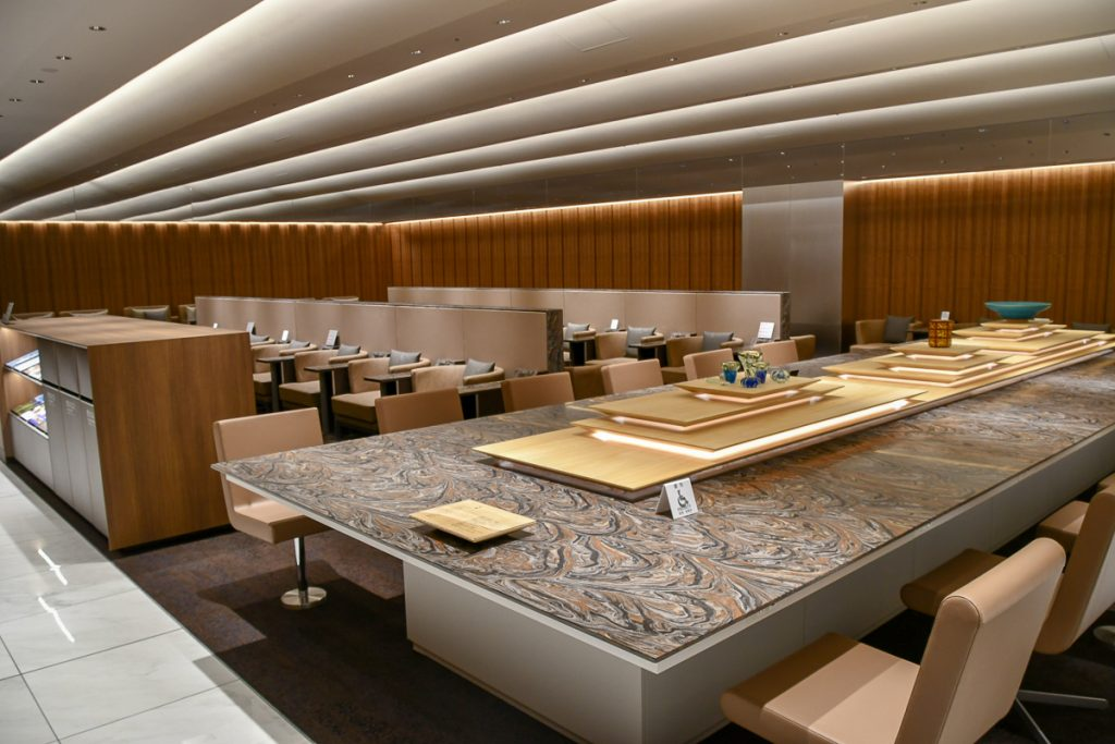 ラウンジ内で仕事をしたい人向けの大テーブル