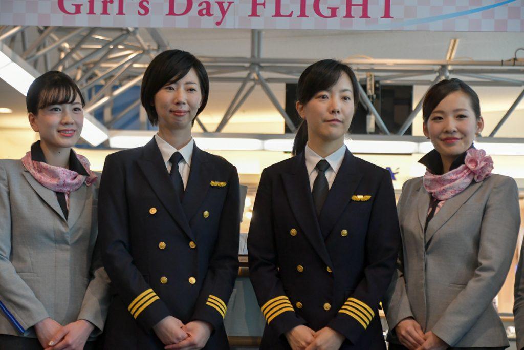 昨年の「ひなまつりフライト」に続き、今年も女性のパイロット2名で運航