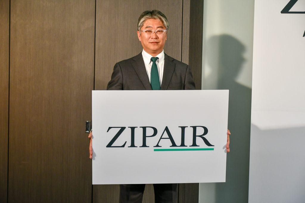「ZIPAIR」のロゴを掲げるZIPAIR Tokyoの西田真吾代表取締役社長