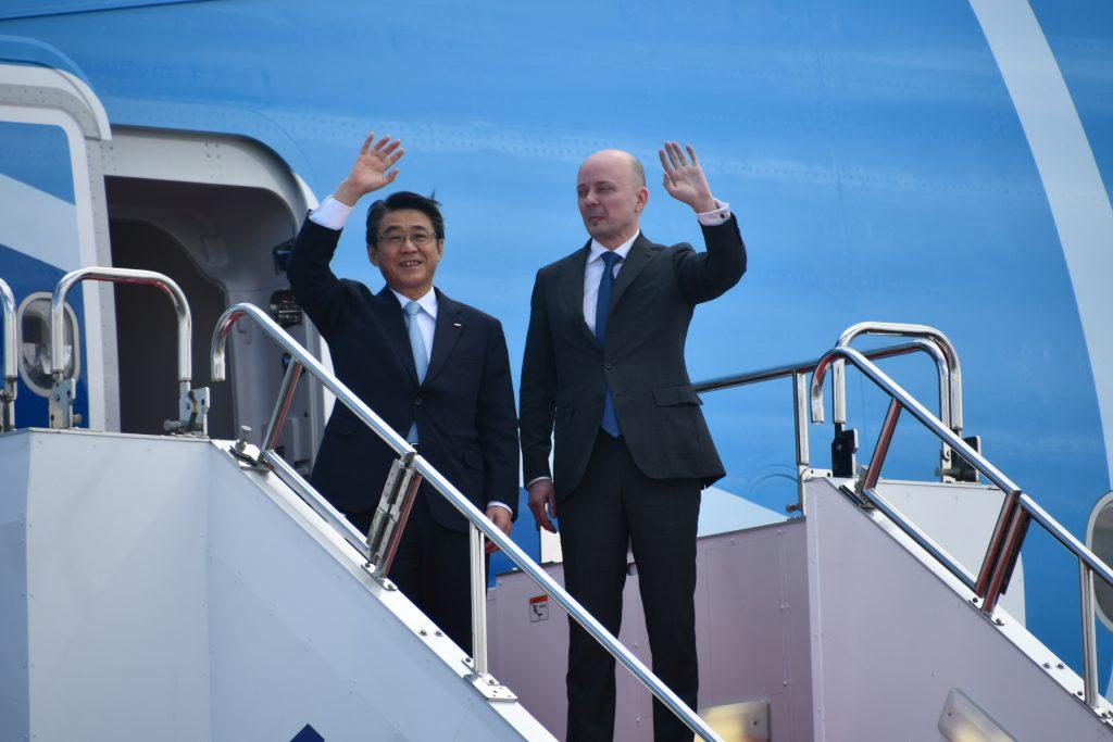 ANAホールディングスの片野坂真哉代表取締役社長、エアバス・ジャパンのステファン・ジヌー代表取締役社長