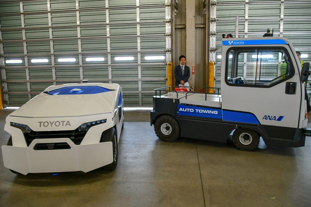 今回のテストで使われたトーイングトラクター(写真右)とコンセプトカー(写真左)