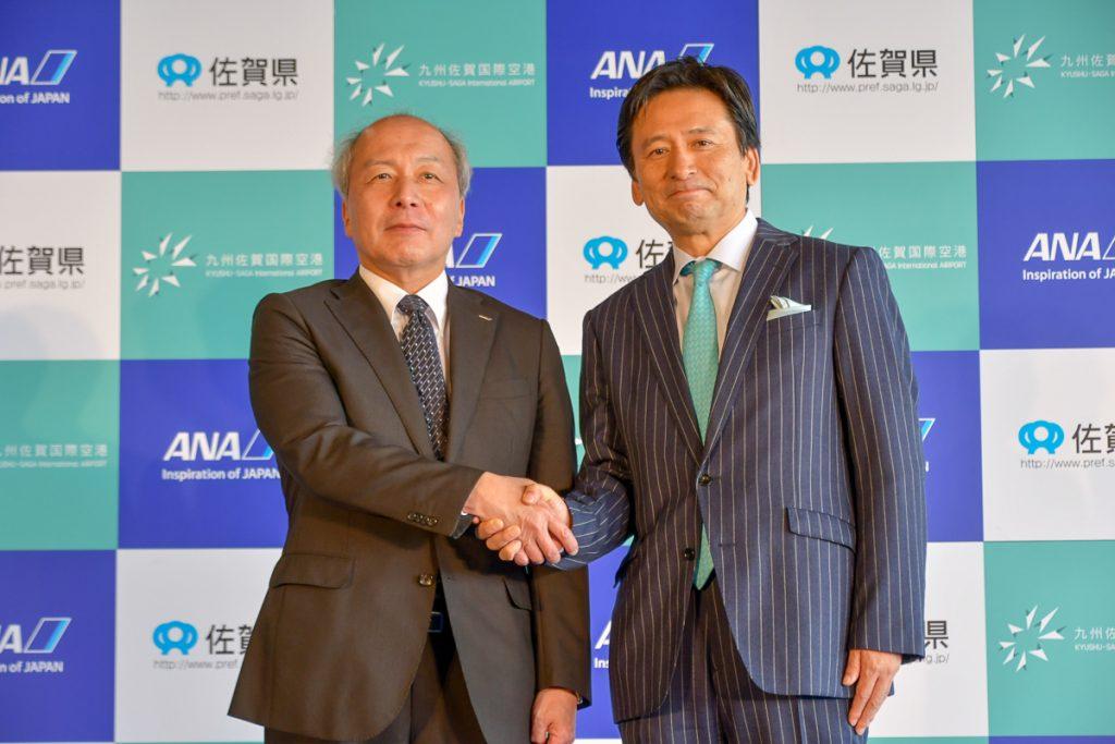 佐賀県の山口祥義知事(写真右)とANAの清水信三専務執行役員(写真左)