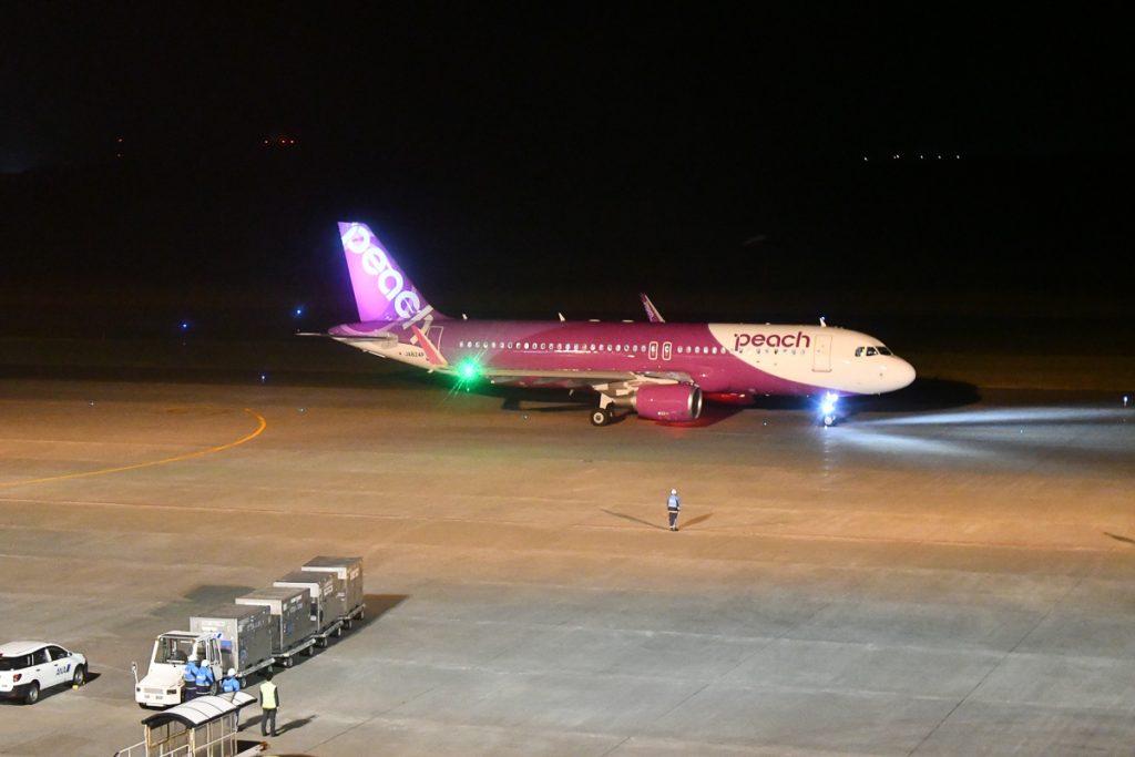 ソウルへ向けて新千歳空港を出発するピーチ機