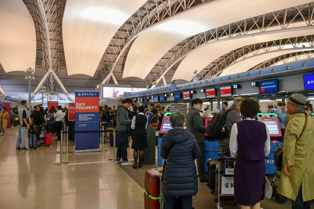 関西空港のデルタ航空チェックインカウンター