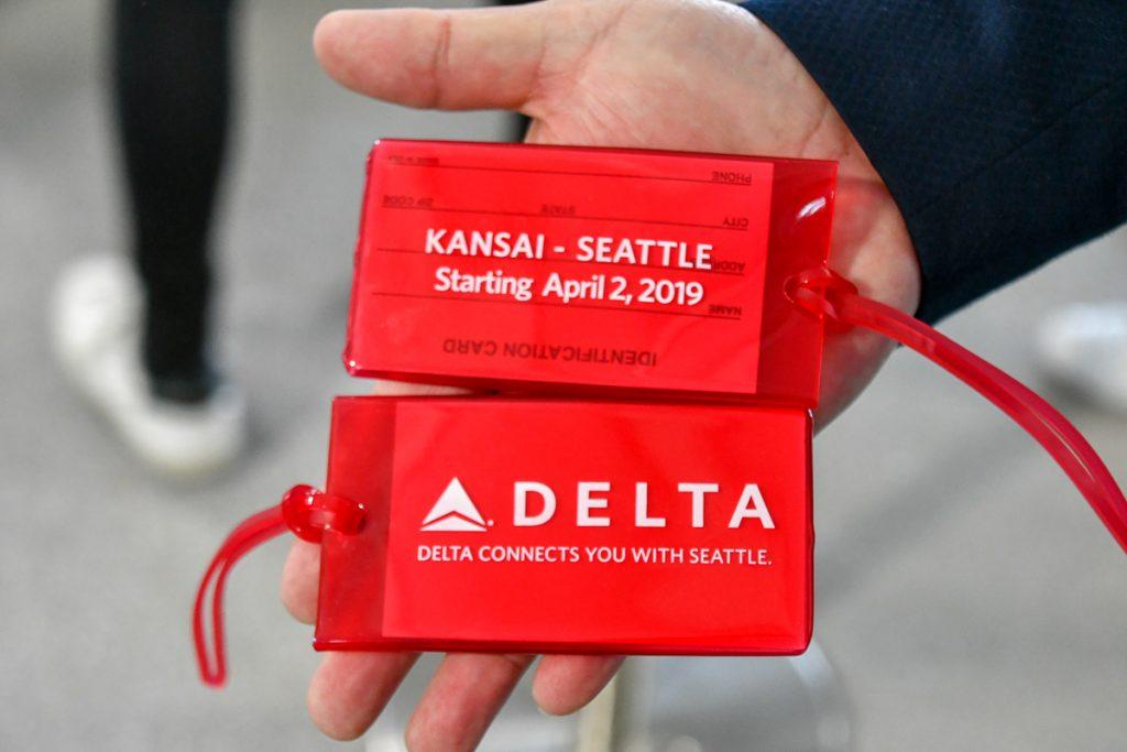 初便搭乗者にプレゼントされたデルタ航空オリジナルの荷物タグ