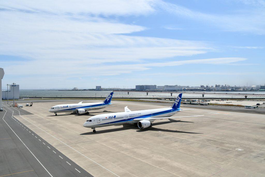 ボーイング787-10型機(手前)と787-8型機(奥)。全長で787-8型機よりも11.6メートルも長い。