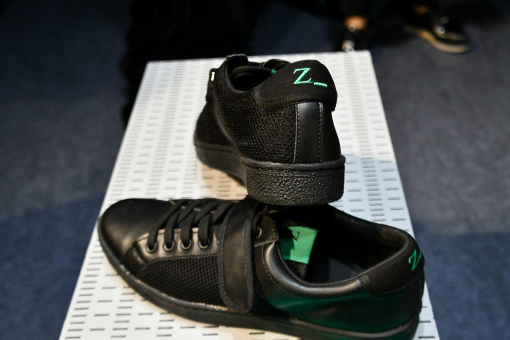 スニーカーは白と黒の2色で「Z」の文字も入っている