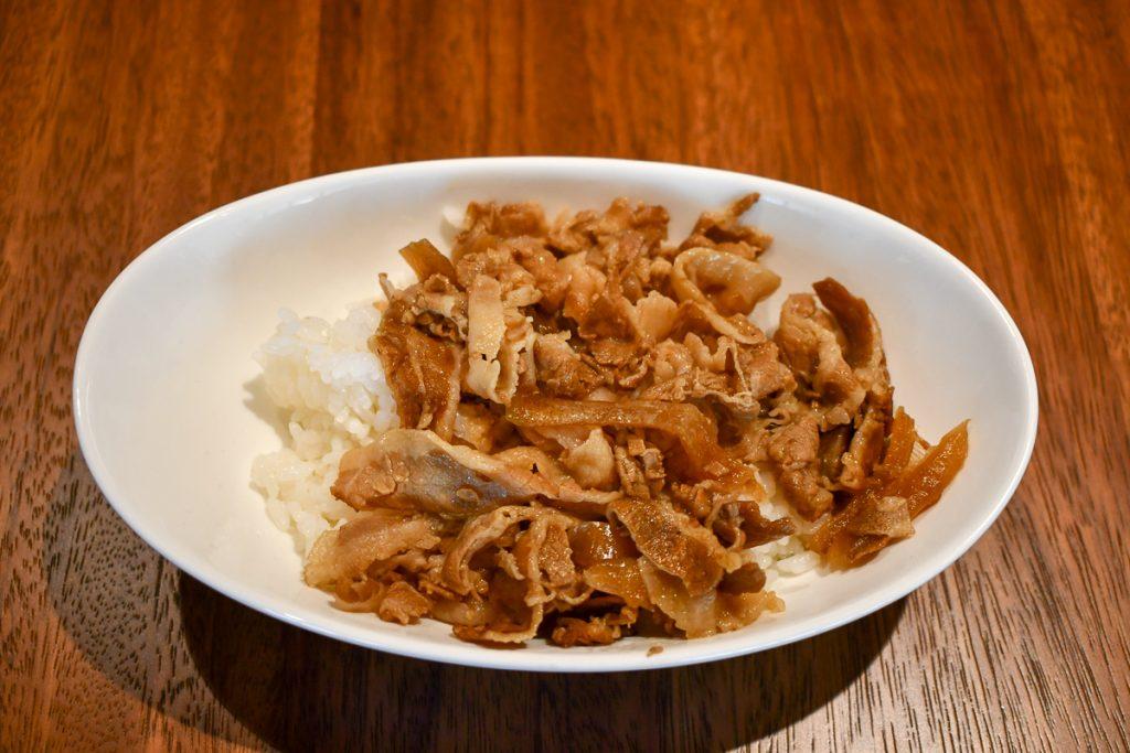 ご飯の上に生姜焼きをのせれば生姜焼き丼になる