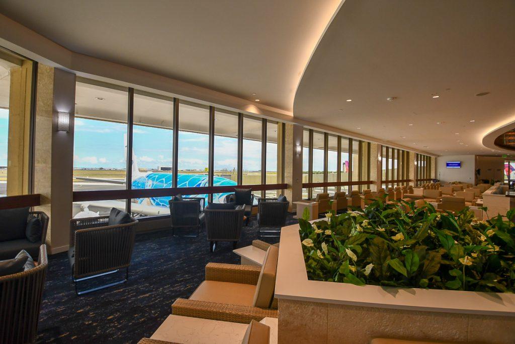 ラウンジ内からA380型機「FLYING HONU」が一望できる