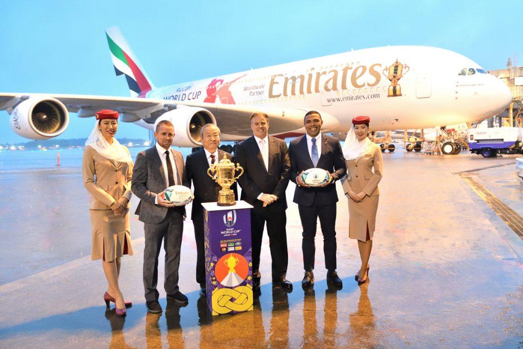 ブライアン・ハバナ氏とシェーン・ウィリアムス氏から公益財団法人ラグビーワールドカップ2019組織委員会にトロフィーが渡された