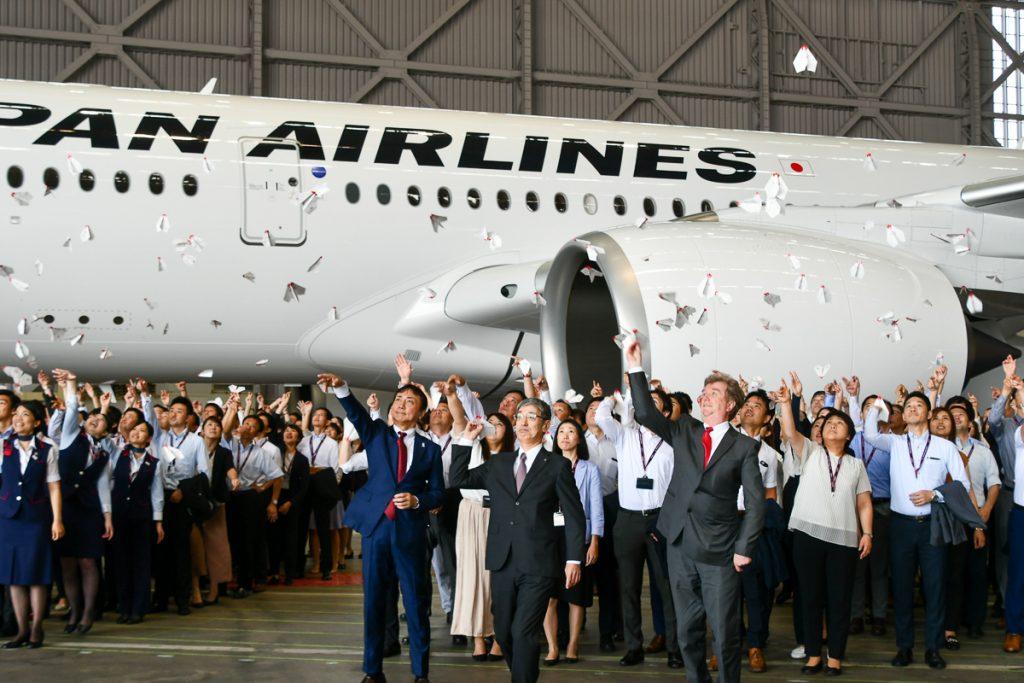 お披露目会ではJALの赤坂社長も参加し、社員と共に紙飛行機を飛ばした