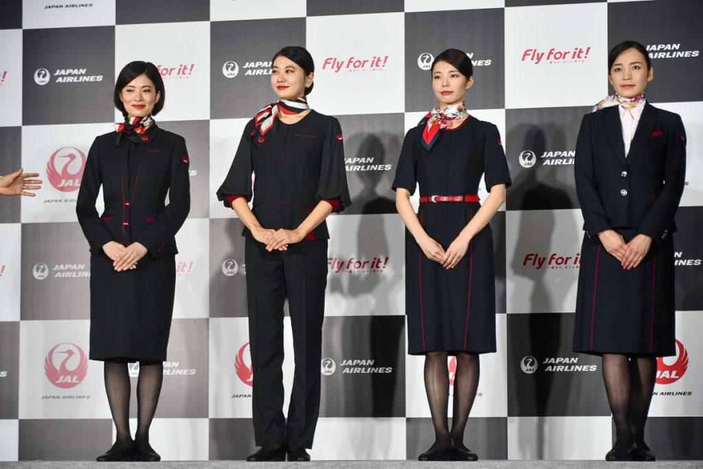客室乗務員と地上接客部門の制服