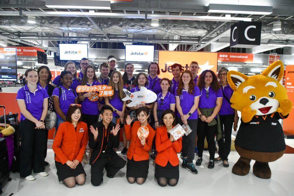 オーストラリア人の高校生グループもジェッ太や客室乗務員と共に記念撮影