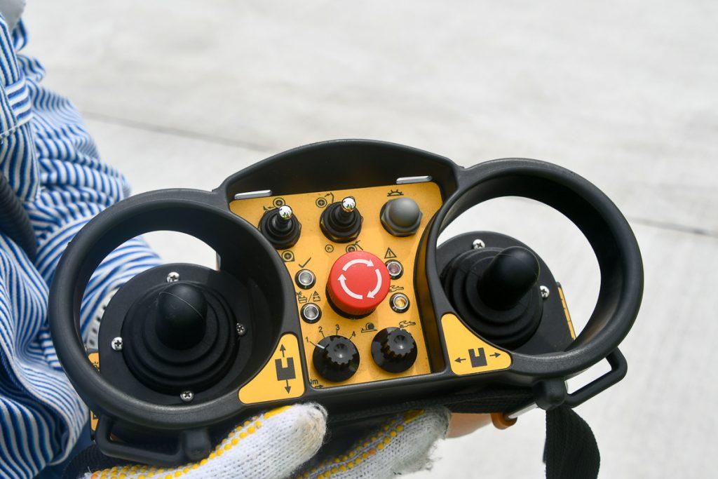 リモートコントローラー。前進・後進だけでなく横移動の操作もできる。