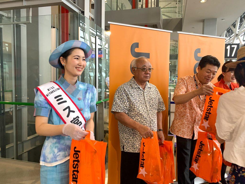初便搭乗者にミス宮古島、下地宮古島市長、ジェットスター・ジャパンの片岡社長などが記念品を配布した