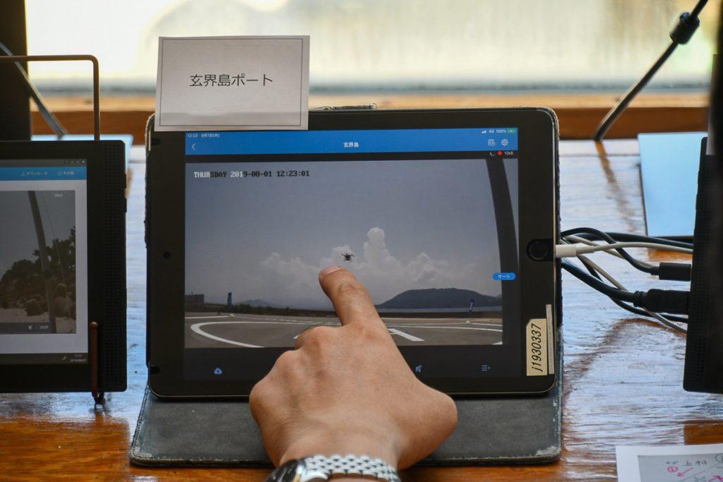 オペレーションセンターではANAホールディングスのスタッフが画面を見ながらドローンを操作する