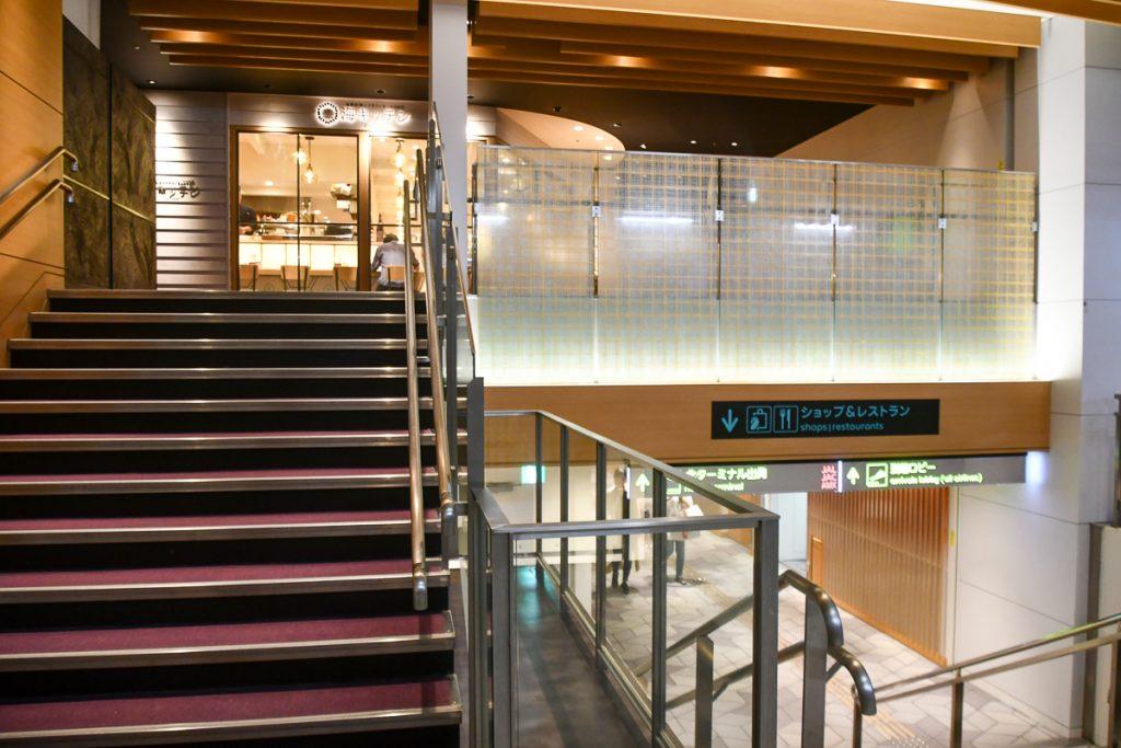到着ロビーから南ターミナルへ真っ直ぐ進み、階段を少し上がった左側に入口がある