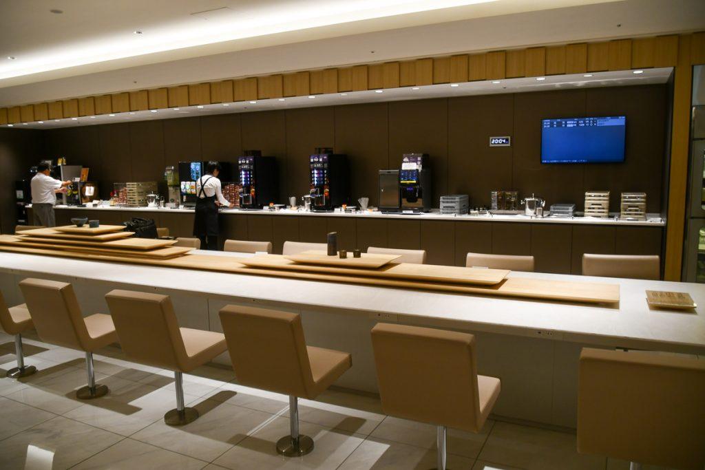 今年2月に伊丹空港にオープンしたANAラウンジ。隈研吾さんが監修している。