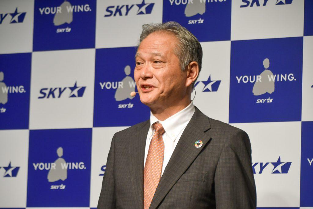 サイパン線就航を発表するスカイマークの市江正彦代表取締役社長