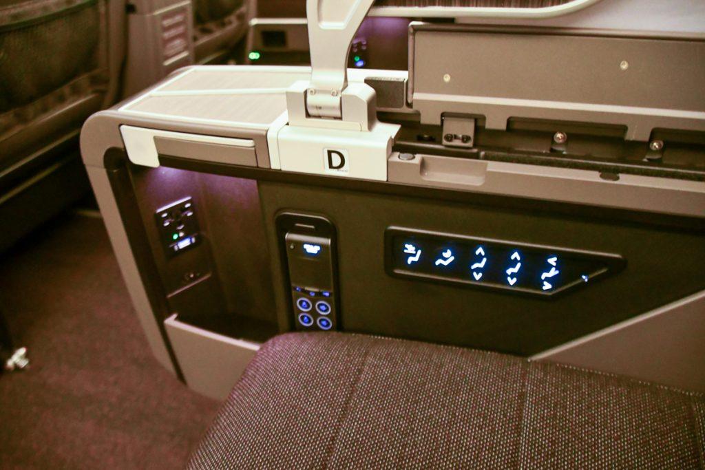 シート電源、USBポートも便利な位置に。ペットボトルも収納できるようになっている
