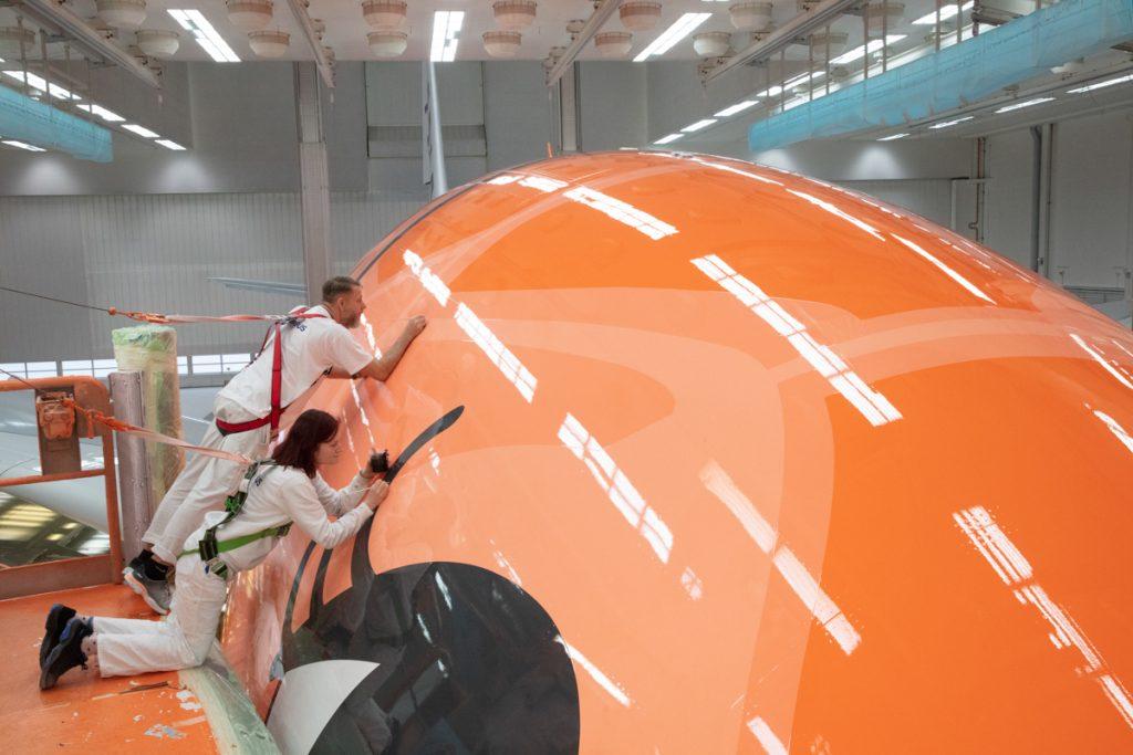塗装は17日間かけてエアバス社のハンブルク工場の塗装工場で行われた(エアバス社提供写真)