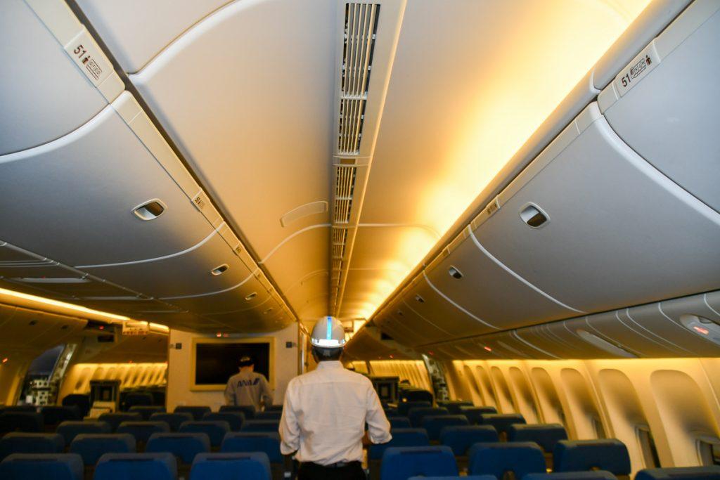 機内上部のエアコンダクトから機内に空気が送られる